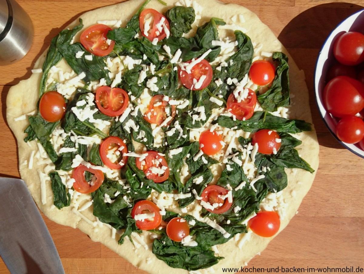 pizza gebacken ohne ofen in der pfanne mit spinat und. Black Bedroom Furniture Sets. Home Design Ideas