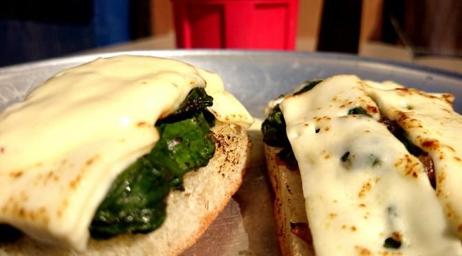 Überbackenes baguette mit Spinat, Fetakäse und Knoblauchcreme