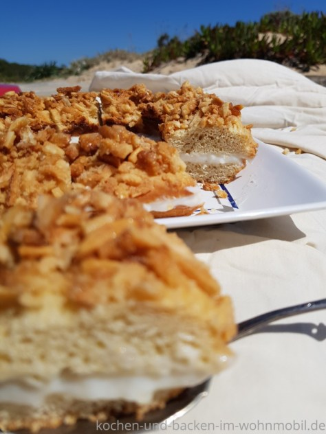 angeschnittener Bienenstich, mit Pudding gefüllt.