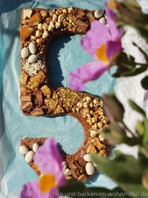 Zahlentorte oder Nummerkuchen mit Schokosahne. Die Zahl 5 gebacken im Omnia Backofen.