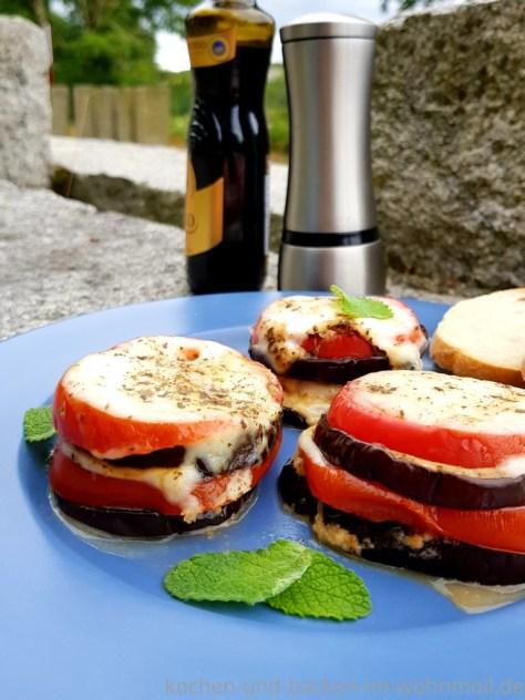 Leichter Snack: Auberginen Türmchen aus dem Omnia Campingbackofen