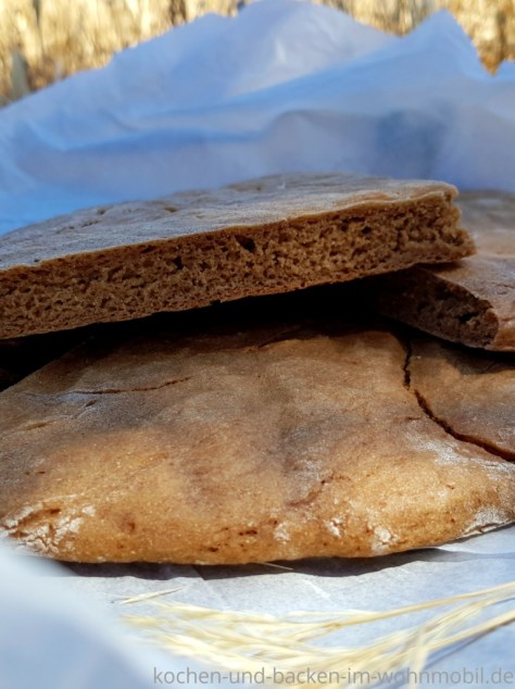 Brot backen in der Pfanne: Roggenfladenbrot im Anschnitt