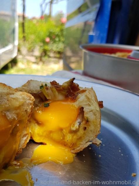 Gefüllte Brötchen aus dem Omnia Campingbackofen. Ein Rezept von kochen-und-backen-im-wohnmobil.de