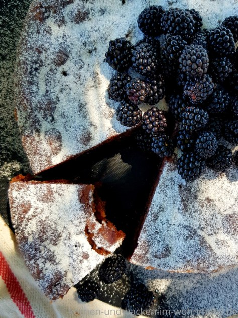Kuchen backen in der Pfanne: Schokokuchen mit Brombeeren. Pfannenkuchen