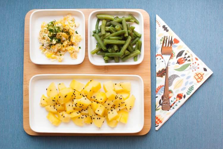 Sesamkartoffeln, grüne Bohnen und Ei