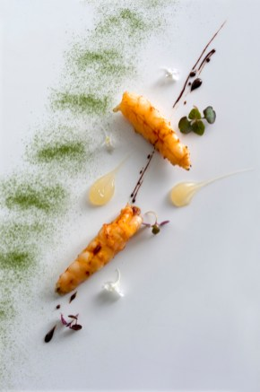 Charcoal grilled new zealand scampi with sudachi, shiso and blod orange caramel. Foto © Gary Heery & Jennifer Soo