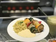 Gemüsespieße mit Currysauce und Bulgur
