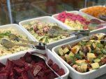 Verschiedene Vorspeisen und Salate