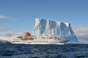 MS HANSEATIC in der Antarktis. Seit Juni 2011 zieren das 5-Sterne-Expeditionsschiff die charakteristischen Farben von Hapag-Lloyd Kreuzfahrten.