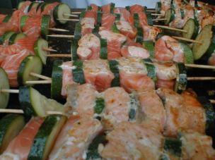 KULT vom Grill!!! Lachs-Zuchiniespieß auf gebratenen Gemüsesalat