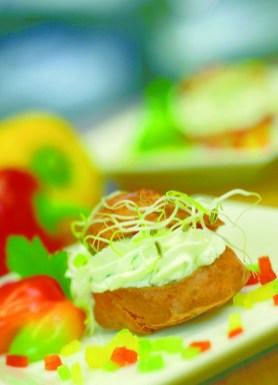 Paprika-Windbeutel mit Kräuterfrischkäse und Fenchelsprossen