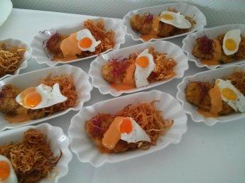 Kalbsschnitzel mit Wachtelspiegelei, Remoulade und Strohkartoffeln
