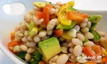 Salat mit kleinen weißen Bohnen, Paprika und Avocado