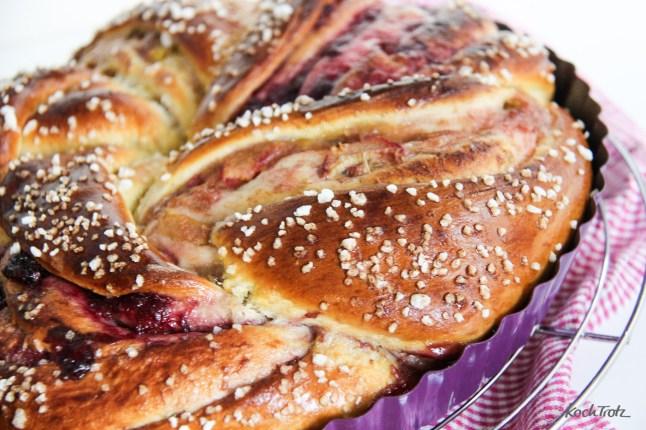 grundrezept-hefezopf-striezel-strudel-mit-dinkel-rhabarber-cranberry-fuellung-13