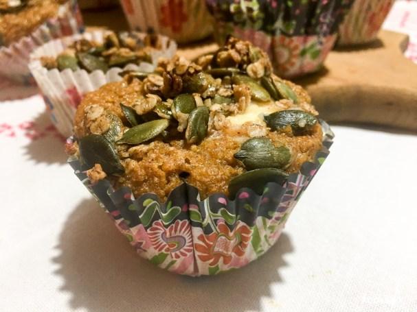 kuerbismuffins-suess-frisckasefuellung-kuerbiskern-topping-auch-glutenfrei-7