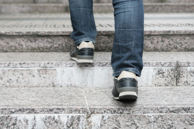 階段上る・デニム・足