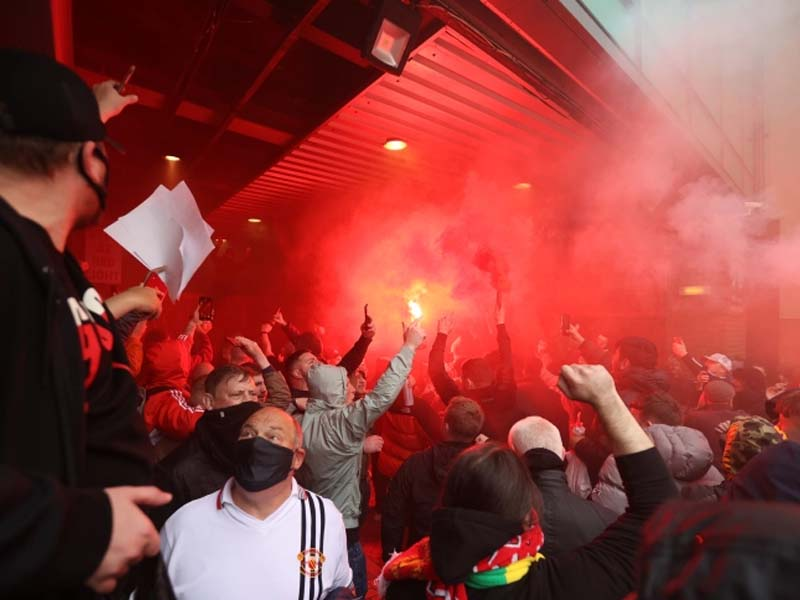 Manchester United fans invade stadium in protest against owners