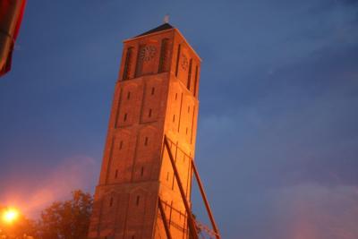 """Der """"Schiefe Turm"""" St. Johann Baptist mit Stahlstreben zur Sicherung, Bild: Gerd Bernau / pixelio.de"""