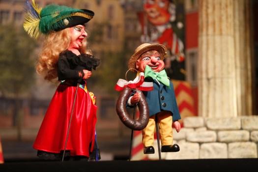 Stolz zeigt der Speimanes die Hänneschen-Blootwosch, Bild: Hänneschen-Theater
