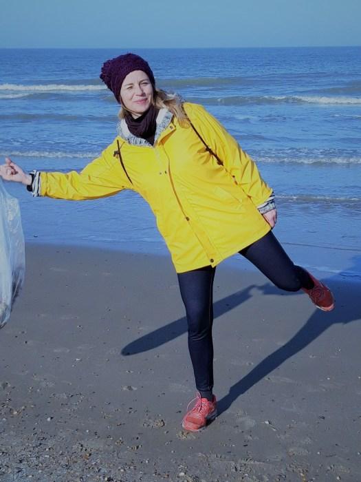Ein typisches Bild: Eva am Strand - doch nie, ohne dabei gleichzeitig Müll einzusammeln. Bild: Eva Pollmeier