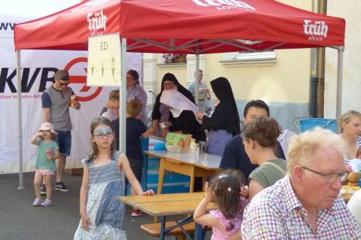 DER Hingucker und Anlaufpunkt für alle Kinder: Die Nonnen vom Benediktinerinnenkloster mit ihrem Eisstand, Bild: Norbert Bröcheler