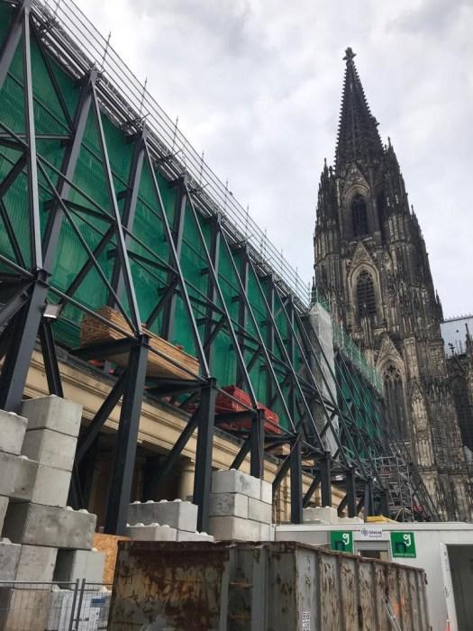 Masssive Stahlstreben stürzen die historische Fassade des Dom-Hotels, Bild: Uli Kievernagel