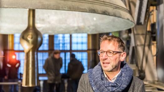 Zwei die im Dom was zu sagen haben: Der Dombaumeister Peter Füssenich (rechts) und der Decke Pitter (im Hintergrund), Bild: Raimond Spekking / CC BY-SA 4.0 (via Wikimedia Commons)