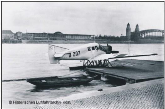 Der kleine Wasserflugzeughafen auf dem Rhein. Im Hintergrund sind die Deutzer Messehallen zu erkennen, Bild: Historisches Luftfahrtarchiv Köln