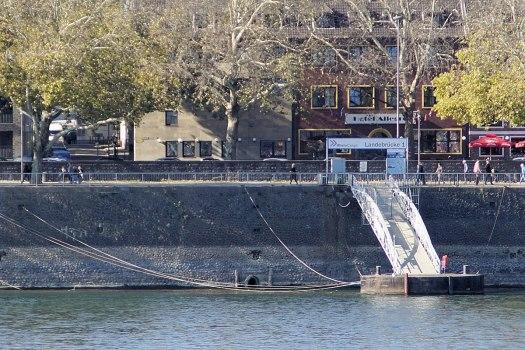 Mündung des Duffesbachs in den Rhein, Höhe Rheingasse. Nur zu sehen bei extremen Niedrigwasser, Bild: Marcus Bentfeld / CC BY-SA (https://creativecommons.org/licenses/by-sa/4.0)