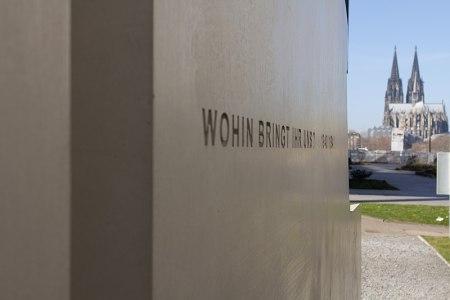 """Inschrift auf dem Denkmal der """"Grauen Busse"""", Bild: Elke Wetzig"""