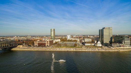 Das Deutzer Rheinpanorama. Prominent in der Mitte (auf Stelzen) das Landeshaus, die Hauptverwaltung des LVR, Bild: dronepicr, CC BY 2.0