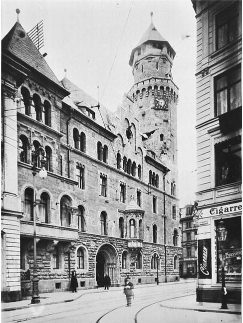 """Das 1907 auf dem Gelände der """"Bleche Botz"""" errichtete Polizeipräsidium auf einem Bild aus dem Jahr 1912, Bild: gemeinfrei / Rheinisches Bildarchiv Köln / Wikimedia commons"""