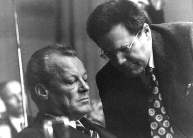 """""""Kanzlerspion"""" Günter Guillaume und Kanzler Willy Brandt bei einem Parteitag zwischen 1970 und 1974 in Düsseldorf, Bild: Pelz, CC BY-SA 3.0"""