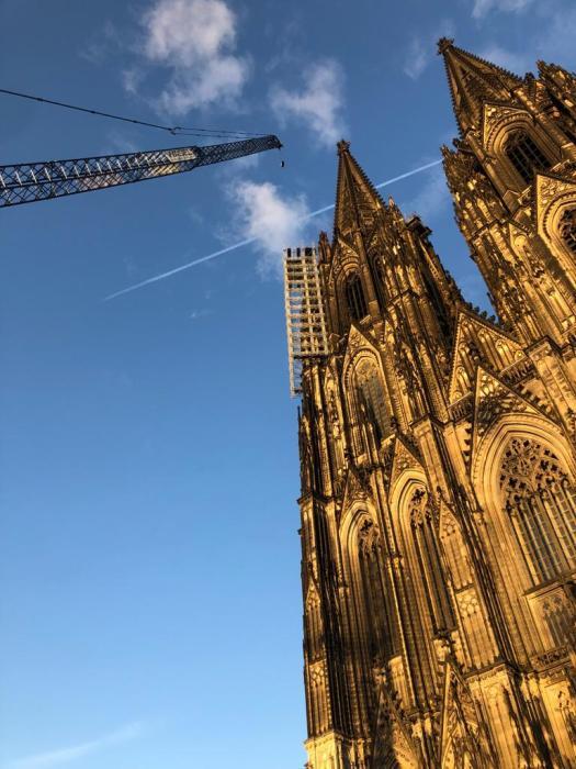 Mit einem riesigen Kran wird im Oktober 2021 das Gerüst am Nordturm entfernt, Bild: Klaus Wilsberg