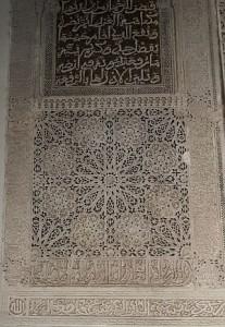Kalligraphie in Stuck - in Marokko ein häufig anzutreffende Form der Verzieung