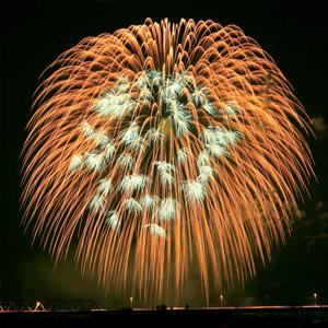 三国橋南側より撮影した三尺玉の花火
