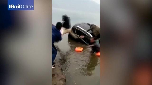 Babai i dëshpëruar hedh foshnjën nga dritarja e makinës që po fundosej (VIDEO)