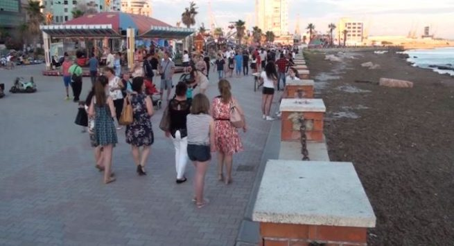 Durrës – Shëtitorja 'Taulantia', rruga kutërbon nga ujërat e zeza që derdhen në det