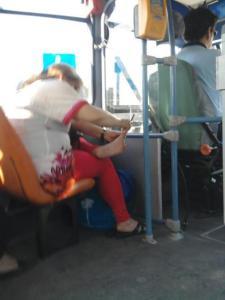 pedicure in autobus,foto divertenti, foto comiche, foto pazze