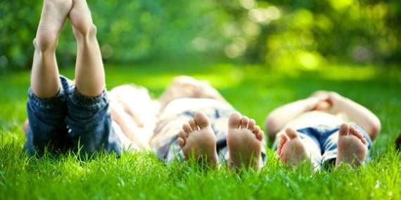 Bimbi a piedi nudi: come tutelare la loro salute