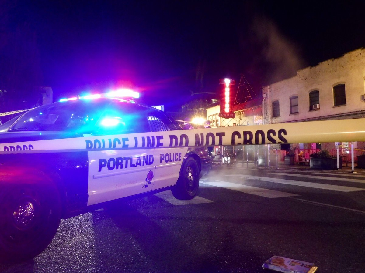 Police investigate a stabbing outside of Voodoo Doughnuts, January 27 2017. (KOIN)_397699