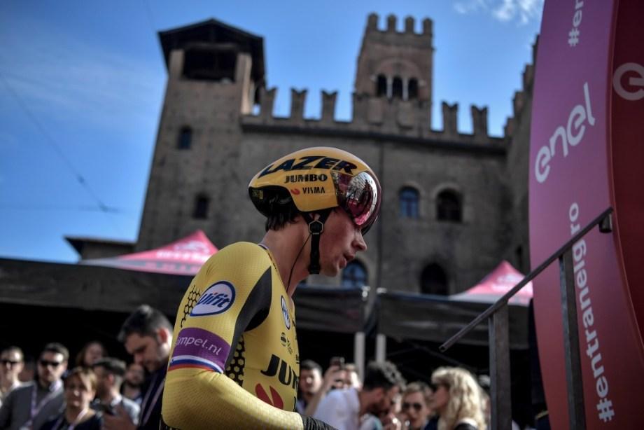 Primoz Roglic alla partenza della cronometro di Bologna.