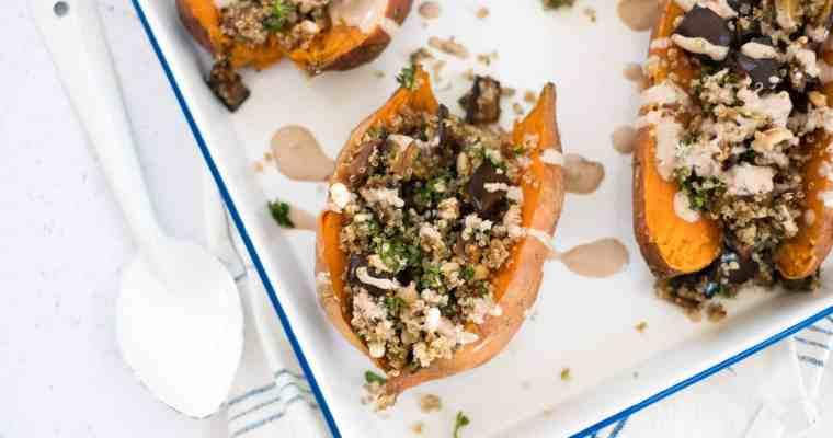 Gevulde zoete aardappel met quinoa, aubergine en tahinidressing