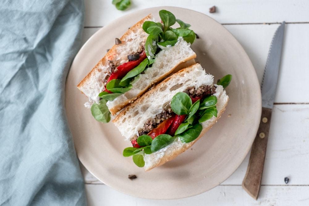 Turks brood met geroosterde paprika, olijventapenade en geitenkaas