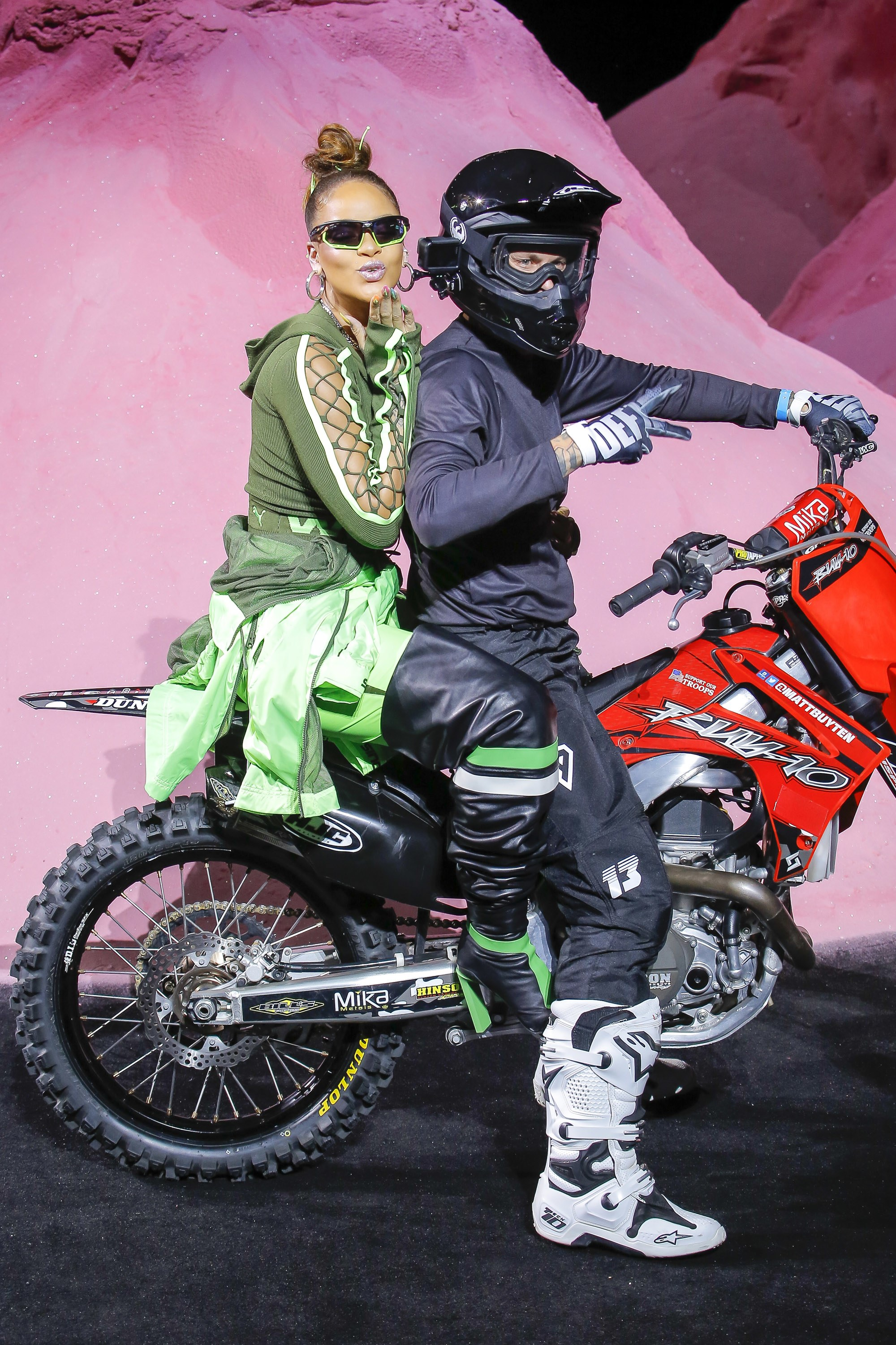 Puma Laukku Koko : She s a rock star rihanna ramps up in motorbike for her
