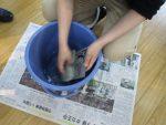 ヒーティングガンで乾燥後、描画を消すべく水洗いをする。