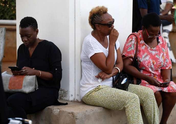 Les familles des passagers attendent des informations sur le crash de l'avion, à l'aéroport de Nairobi, dimanche 10 mars.