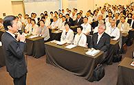 中国方面本部の夏季議員研修会であいさつする山口代表=23日 広島市