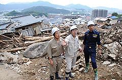 土石流が発生した現場を視察する谷合、斉藤両氏ら=5日 広島市安佐南区八木地区
