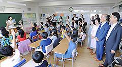 地球温暖化をテーマにした授業を視察する党プロジェクトチームのメンバーら=9月 東京・江東区